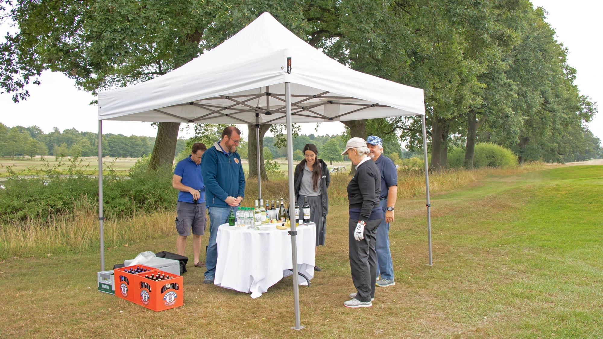 Über den Golfplatz verteilt gab es immer wieder kleine Catering-Stationen, die mit Faltpavillons vor dem Wetter geschützt wurden.