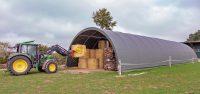 Eine Rundbogenhalle bietet schnell zusätzlichen Lagerraum.
