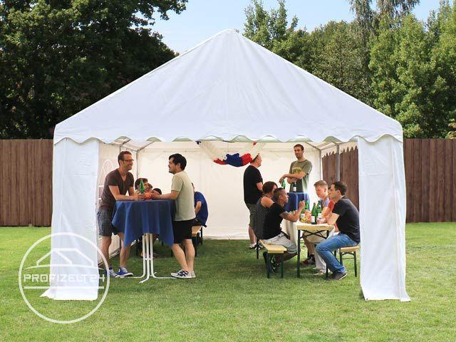 Leute feiern in einem Partyzelt