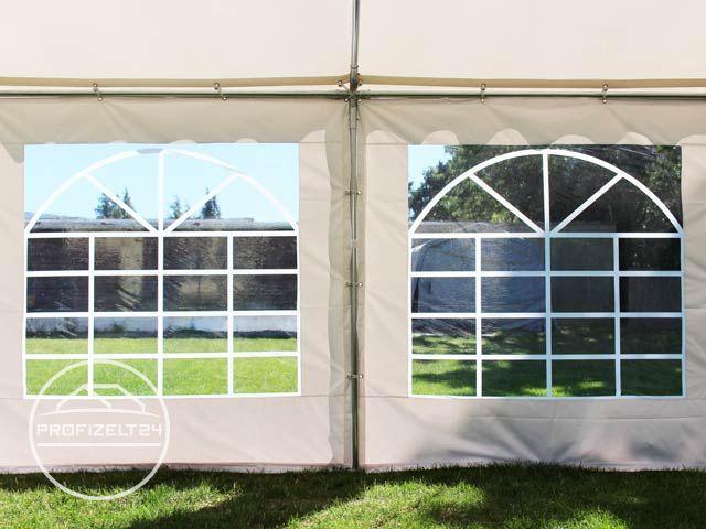 Blick aus dem Zelt heraus durch ein Seitenteilen-Fenster