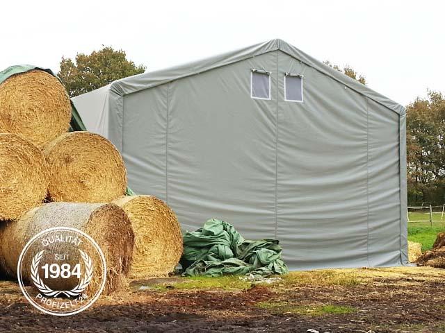 Landwirtschaftlich genutzte Zelthalle mit Heuballen