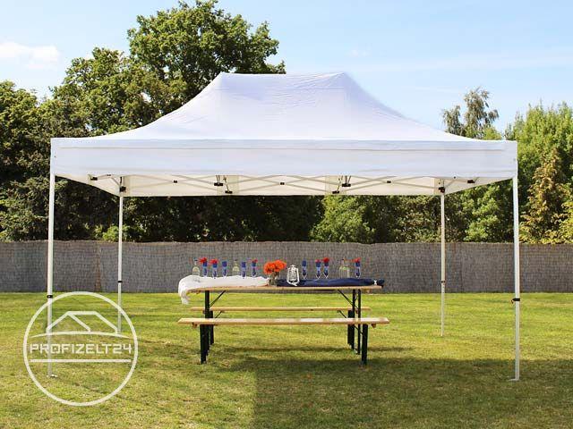 Faltpavillon auf einer Rasenfläche aufgestellt