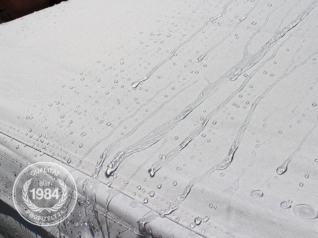 Wasser perlt an der PVC beschichteten Plane ab