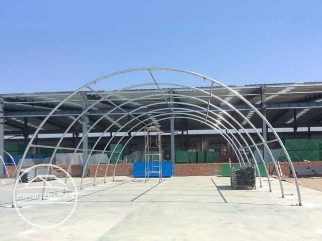 Gestänge-Konstruktion einer Rundbogenhalle