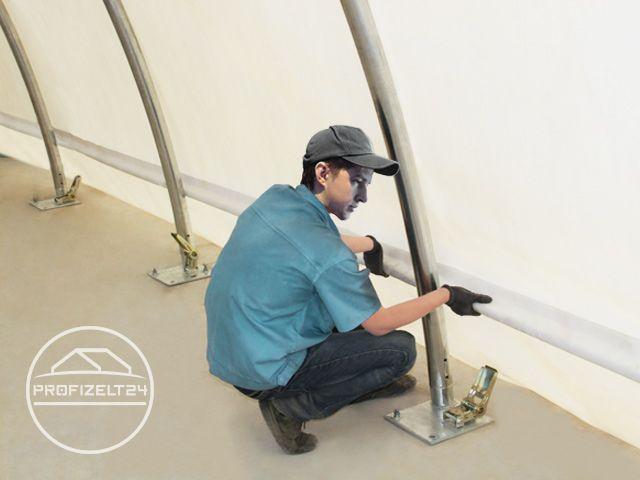 Dachplane wird durch eine Person angebracht