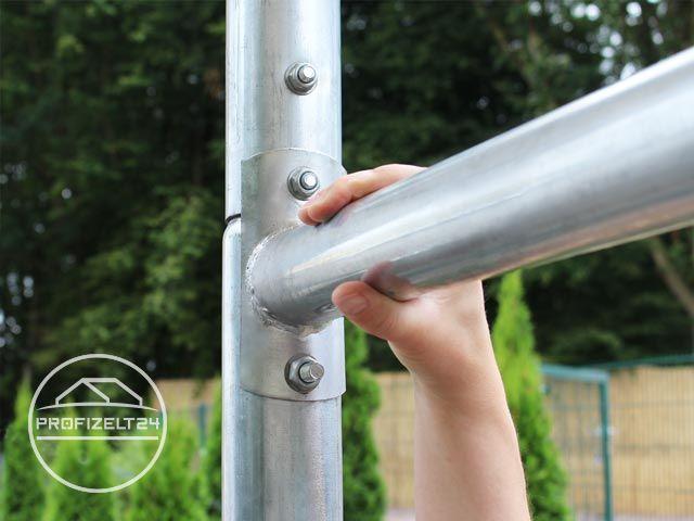 Hand umgreift ein Vertikal-Stahl-Rohr der Gestänge-Konstruktion