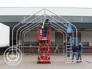 Aufbau der Stahl-Konstruktion einer Zelthalle