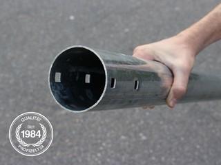 Ein Handschuh umgreift ein Stahlrohr