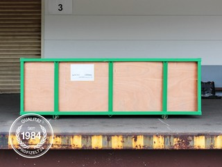 Holzkiste, in der die Zelthalle geliefert wird