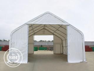 Zelthalle mit geöffneten Eingangstoren