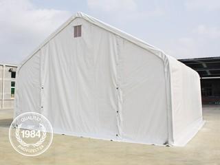 Geschlossene Zelthalle von außen