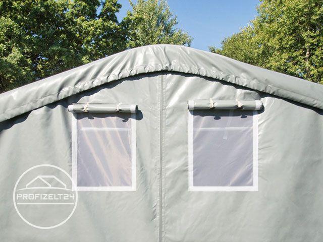 Geschlossene Zelthalle auf einer Rasenfläche