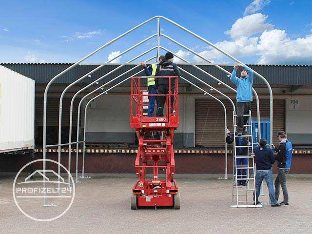 Arbeiter beim Aufbau einer Zelthalle