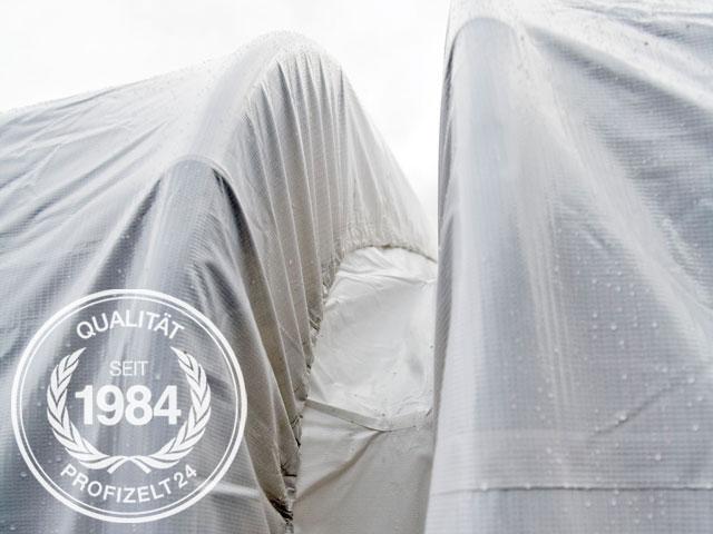 Mit einer Verbindungsrinne werden zwei Zelte zu einem großen Zelt