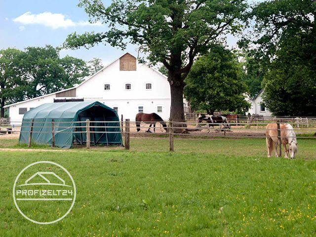 Weidezelt vor einem Reiterhof mit Pferden