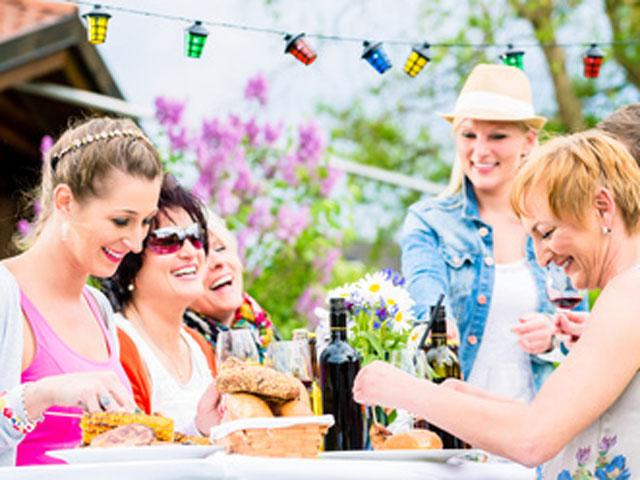 Freunde beim Essen auf einer Gartenfeier