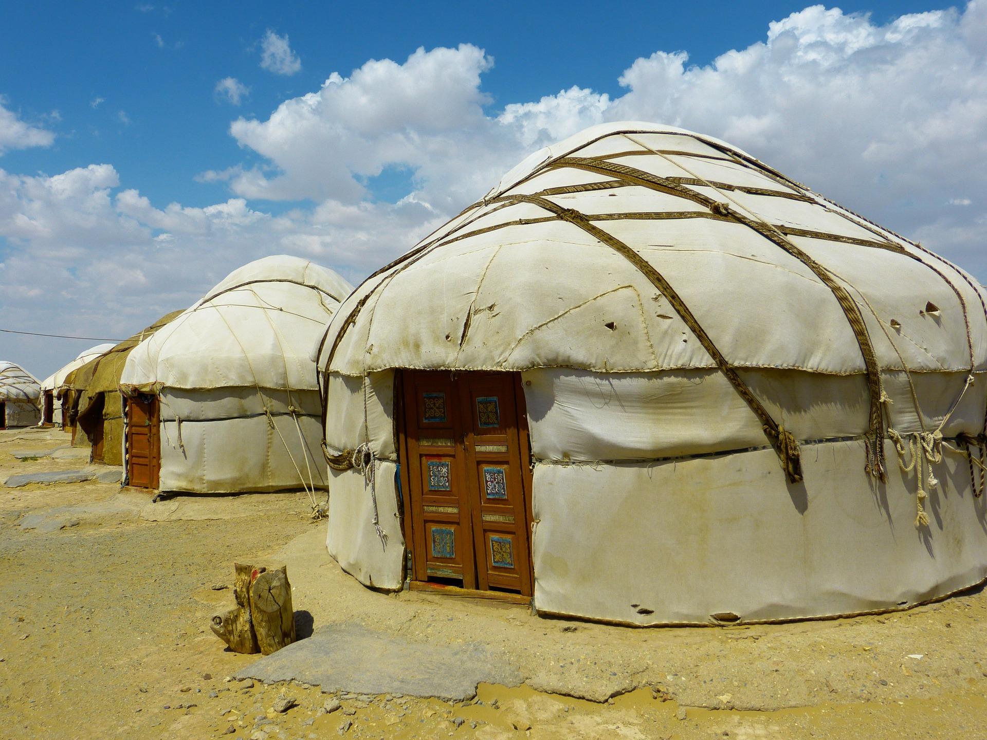 Jurtenstadt in einer Wüste