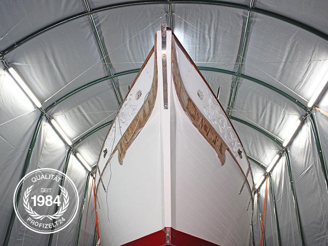 In einem Garagenzelt steht die Yacht sicher und trocken.