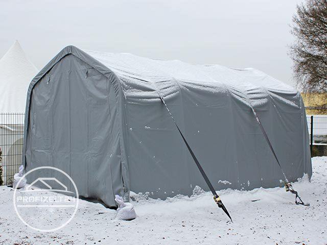 Ein Lagerzelt zusätzlich mit Sturmgurten abgesichert.