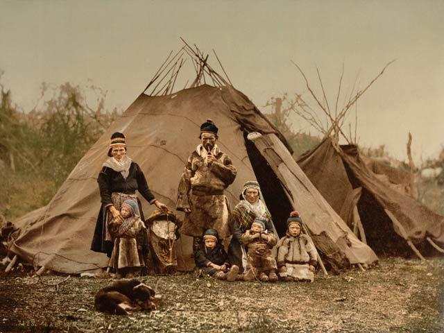 Samen vor ihrer Behausung ca. 1900.