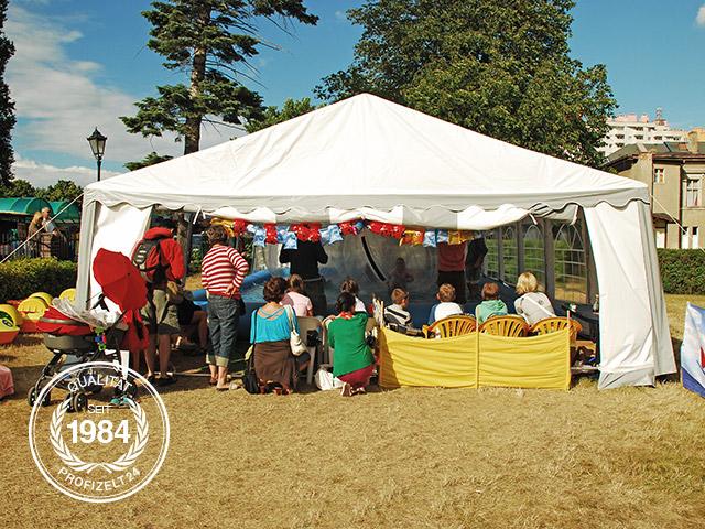 Großes Planschbecken in einem Partyzelt bei einem Sommerfest.