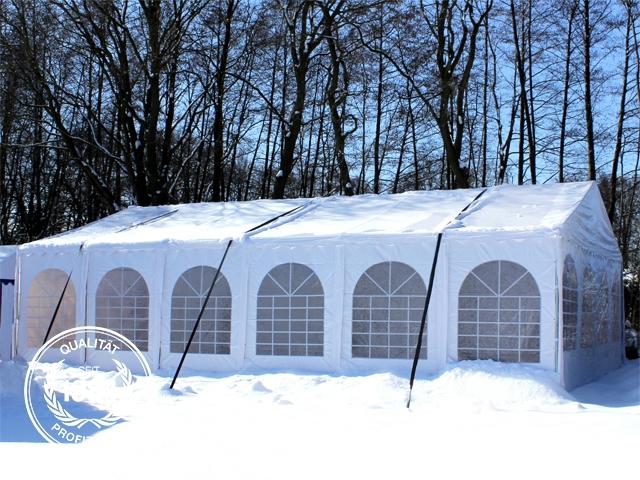 Partyzelt im Schnee mit Sturmgurten gesichert.