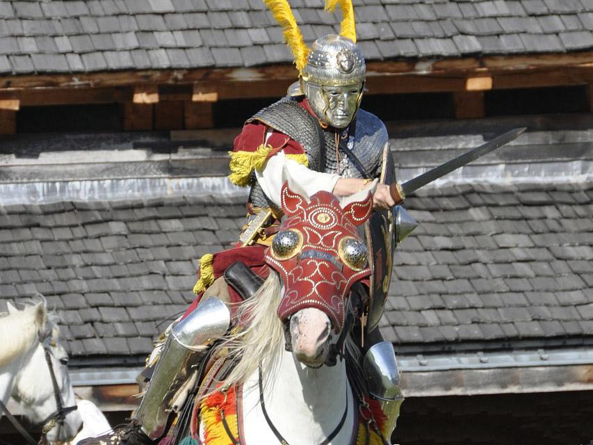 Nachgestellte Szene: Ein römischer Reiter beim Angriff.