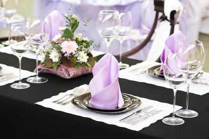 Ein schönes Tischgedeck in weiß und lila