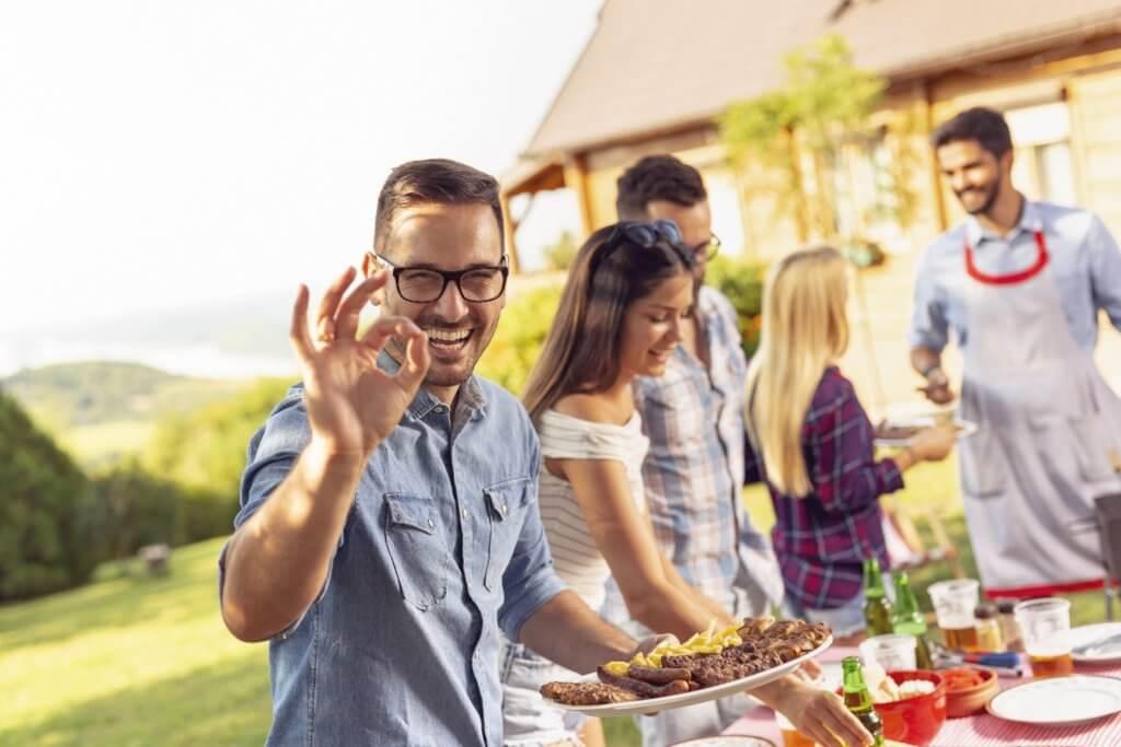 Essen und Getraenke auf einer Grillparty