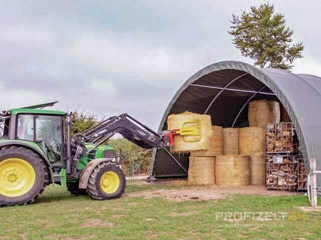 Rundbogenhalle mit Traktor