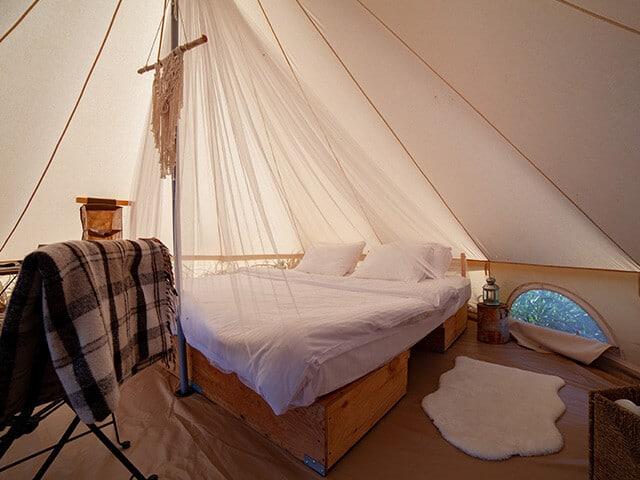 Ein voll eingerichtetes und komfortables Glamping-Zelt