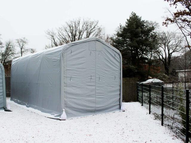 Lagerzelt mit Schnee