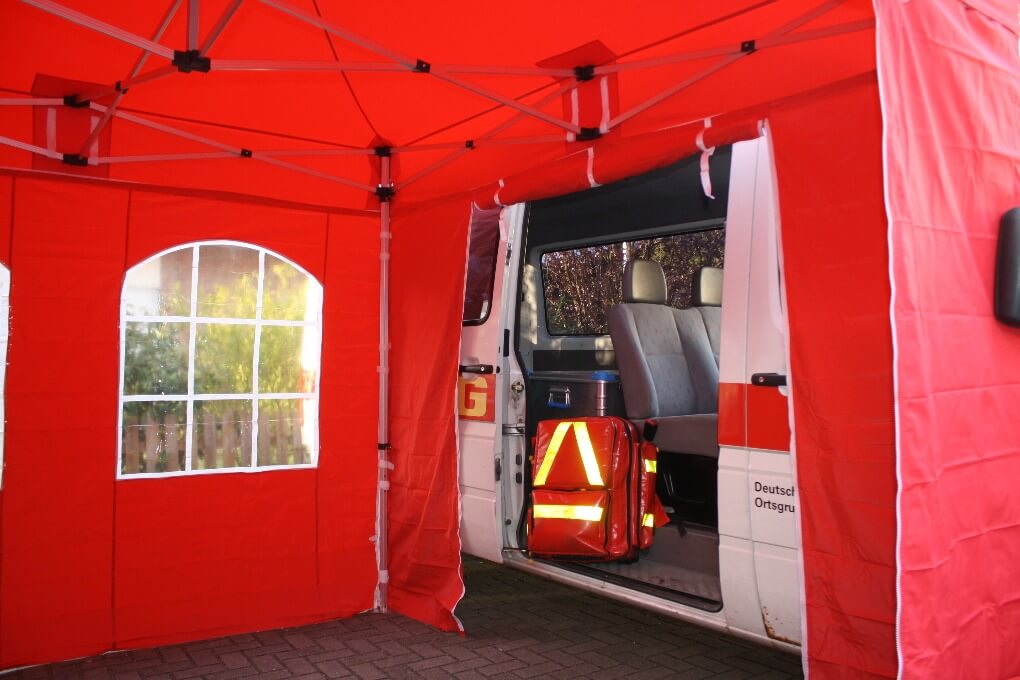 rote Faltpavillons als Notfallzelte der DLRG