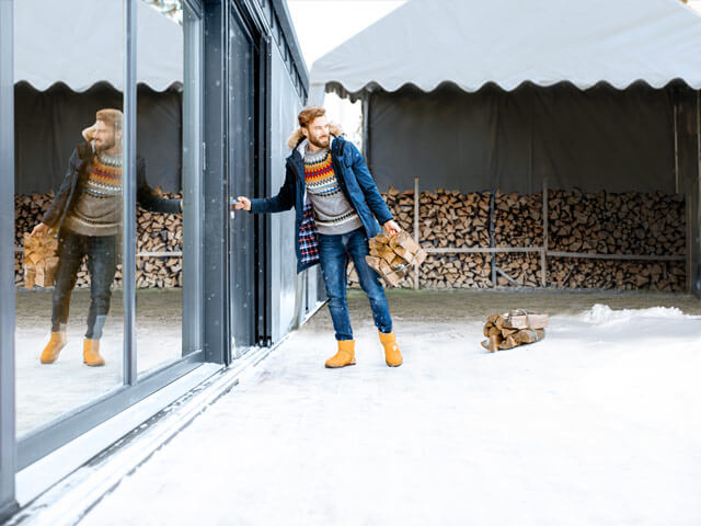 Im Winter Holz im wetterfesten Zelt einlagern