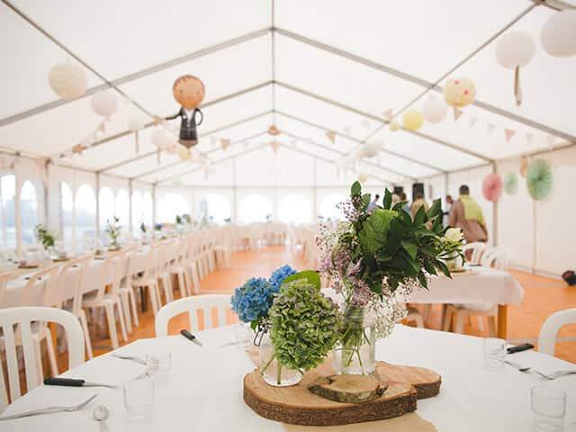 Hochzeit im Freien feiern - im wetterfesten Zelt