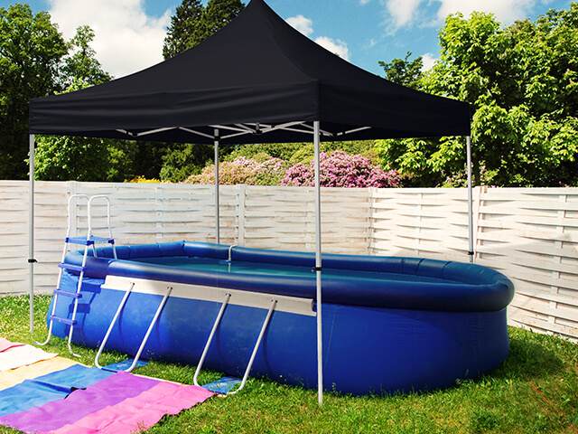 Faltpavillon als Poolüberdachung auf einem Kindergeburtstag im Garten