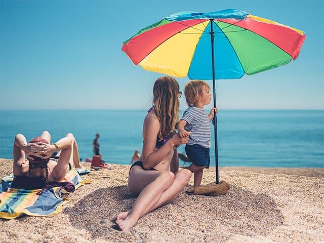 Sonnenschirme als Sonnenschutz am Strand